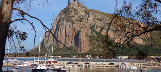 Il porto di San Vito Lo Capo verso Monte Cofano